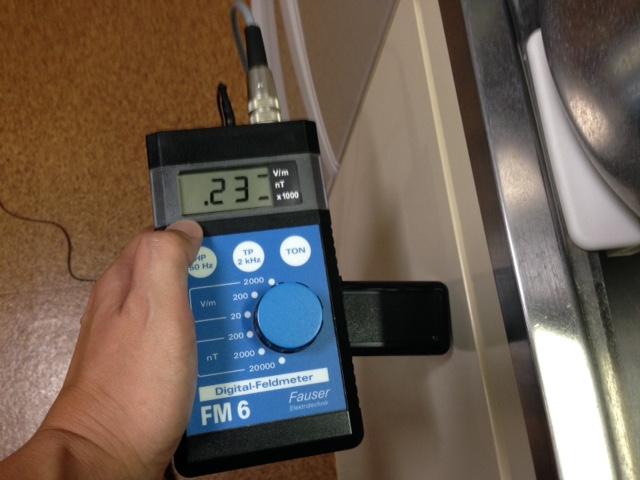 電磁波環境測定 キッチンシンクの棚から電磁波