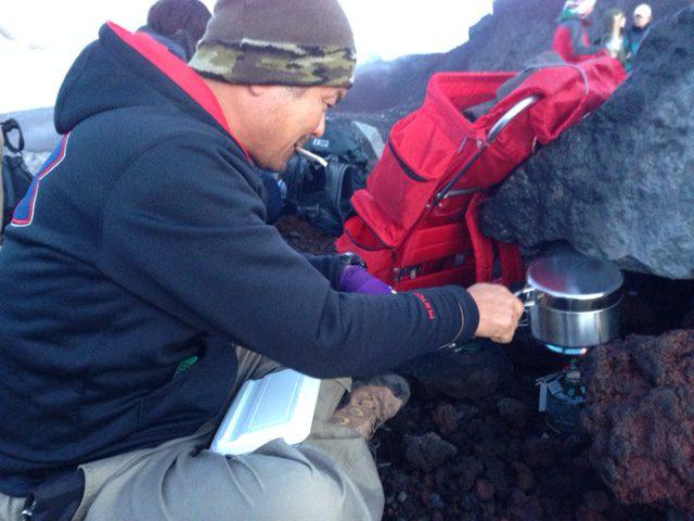 高橋社長、山頂でお湯を沸かす準備、恒例行事です。