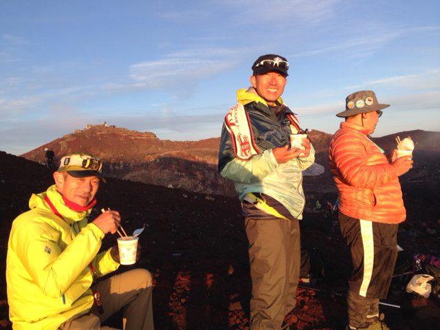 山頂でのカップ麺、世界一上手い食べ物に感じます。 藤原社長、田中氏、岸本社長