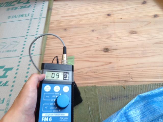 床からの電磁波を抑制出来ているかをチェック! OKでした。