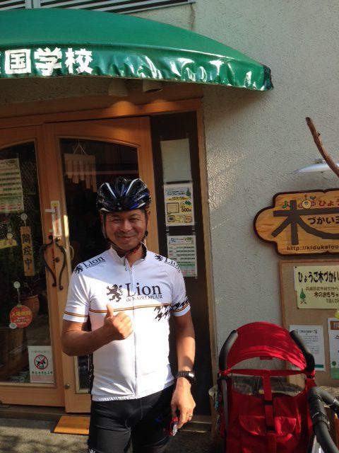 ロードバイクで颯爽と現れた高橋社長、木づかい王国の前にて。