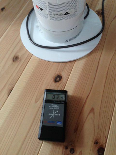 つかまり立ちに持って来いのDソンの扇風機、電磁波的には15cmの距離をとってね。