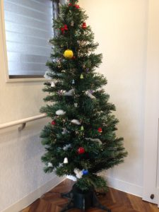 クリニックのエントランスにはクリスマスツリー