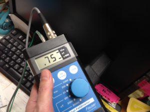 見せかけのアースのせいでPCからは強い電磁波が発生。基準値の30倍、アースをした場合と比較すると300倍以上。