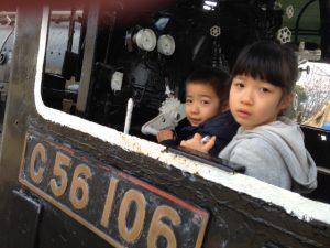 公園においてある機関車に乗り込み運転手さん気分