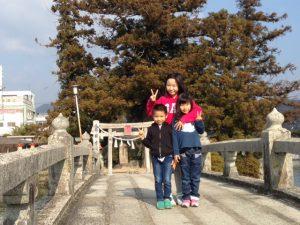 吉備津神社の池にかかる橋にて