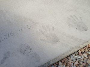 玄関先のコンクリに記念の手形と足形がカワイイ!
