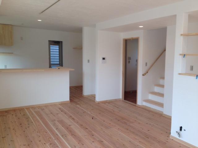 建物から発生する電磁波をオールアース工法で抑制し杉の無垢材と漆喰仕上げで空気が気持ちい人に優しい家です。