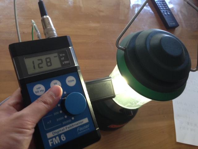 電池で作動する蛍光灯ランタン、電場が出てました。
