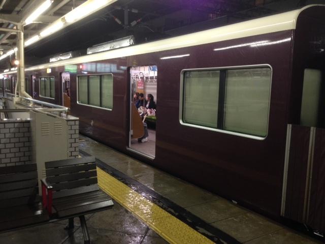 強風によりガラスが割れた時の為にブラインドを閉める阪急電車