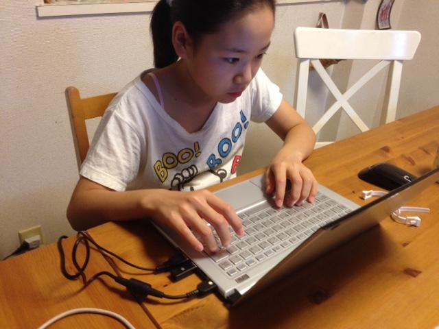 PCには電磁波対策のためにアースを接続。子供に使わせても安心!