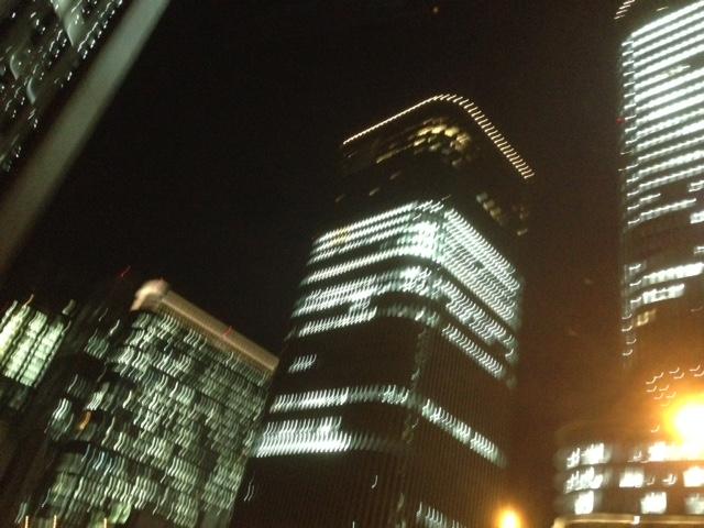 電気いっぱいの建物を見て複雑な気持ち