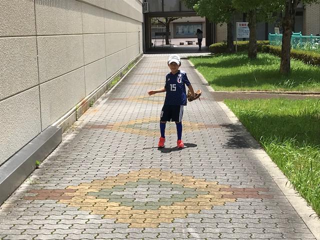 日本代表ユニフォームを着て野球をする息子