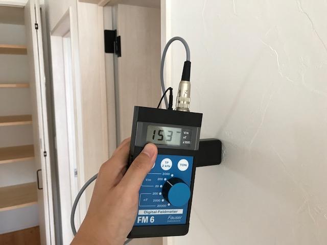 安全基準値:25v/m以下  計測値:153v/m 対策を行っていない壁面の数値