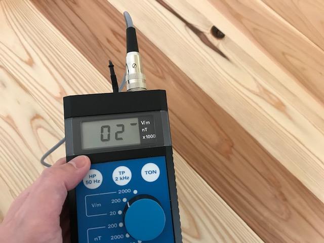 電磁波対策オールアースを施した床面 測定値:2v/m ガイドライン:25v/m以下