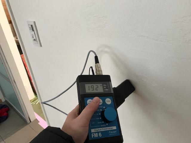 電磁波対策オールアースを施していない壁面 測定値:192v/m ガイドライン:25v/m以下