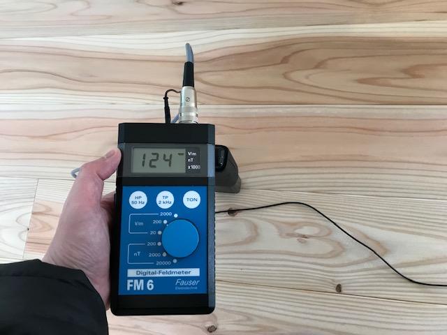 電磁波対策オールアースを施していない床面 測定値:124v/m ガイドライン:25v/m以下