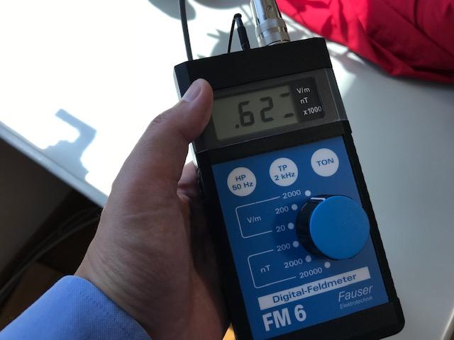 ガイドライン値:25v/m以下 計測値:620v/m